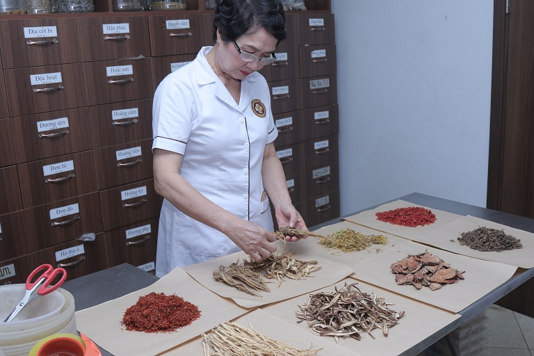 Bác sĩ Nguyễn Thị Nhuần luôn tâm tuyết giúp người bệnh trị mụn hiệu quả an toàn