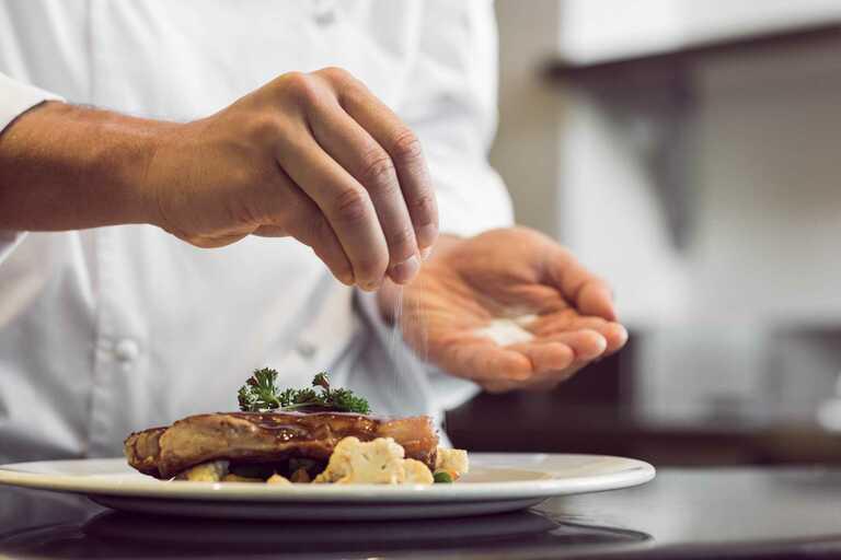 Chế độ ăn quá nhiều muối là yếu tố cộng hưởng khiến các khớp bị sưng và đau nhức. Đặc biệt là các khớp ở bàn tay.