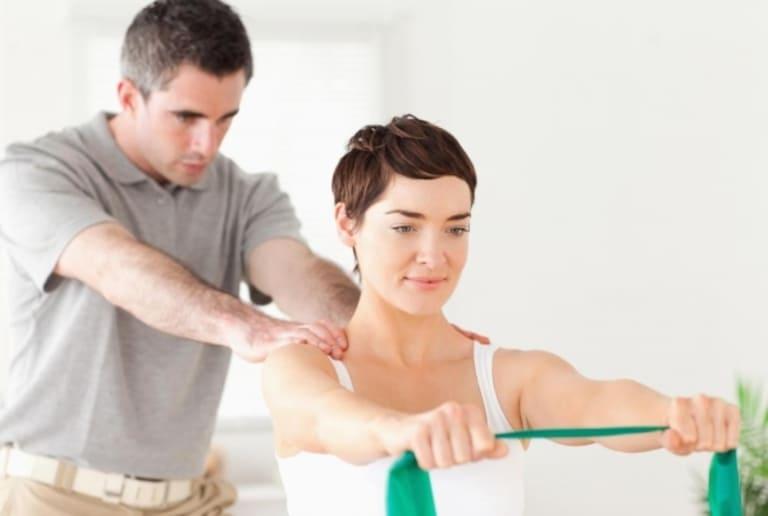 Vật lý trị liệu là một trong những cách cải thiện triệu chứng bệnh thoái hóa cột sống nhưng không thể chữa khỏi bệnh hoàn toàn