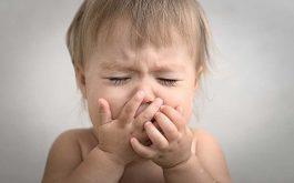 Bệnh ho gà ở trẻ nhỏ có thể dẫn đến biến chứng viêm phổi, lồng ruột, ngạt thở và nhiều biến chứng nguy hiểm đến tính mạng khác.