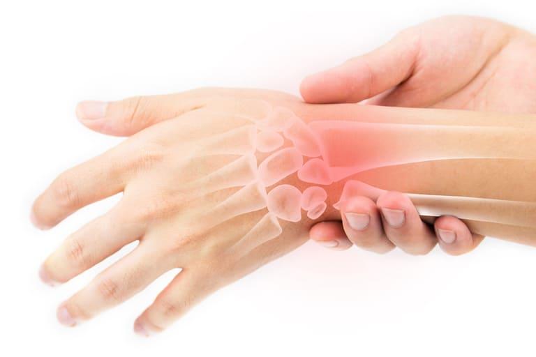 Viêm khớp mạn tính là một trong những bệnh lý thường gặp gây tình trạng đau nhức xương khớp ở trẻ nhỏ.