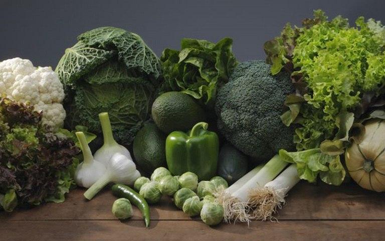 Người bệnh nên ăn nhiều rau màu xanh đậm, có tác dụng đào thải độc tố