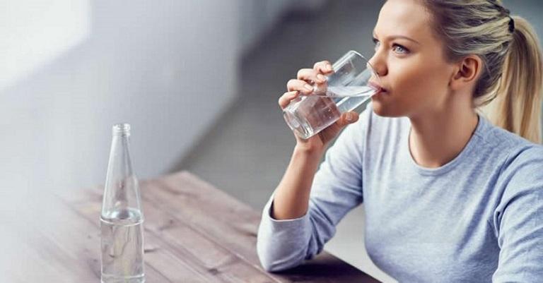 Uống nhiều nước sẽ giúp đào thải độc tố và sỏi