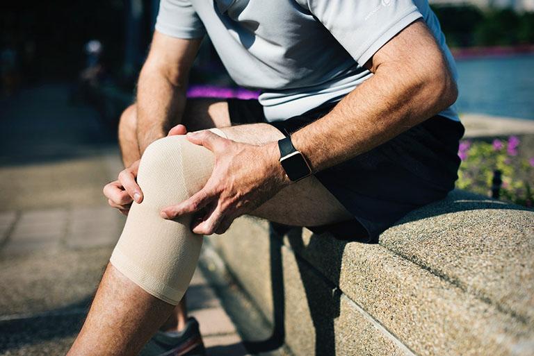 bị đau khớp gối có nên chạy xe đạp