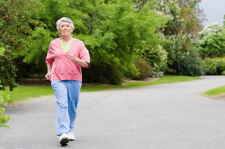 Bị đau thần kinh tọa có nên đi bộ?