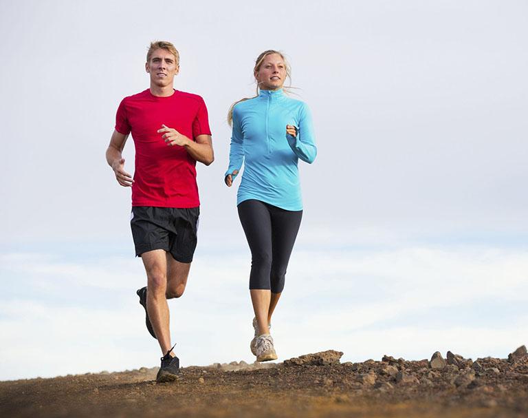 Bị khô khớp gối có nên đi bộ, chạy bộ?