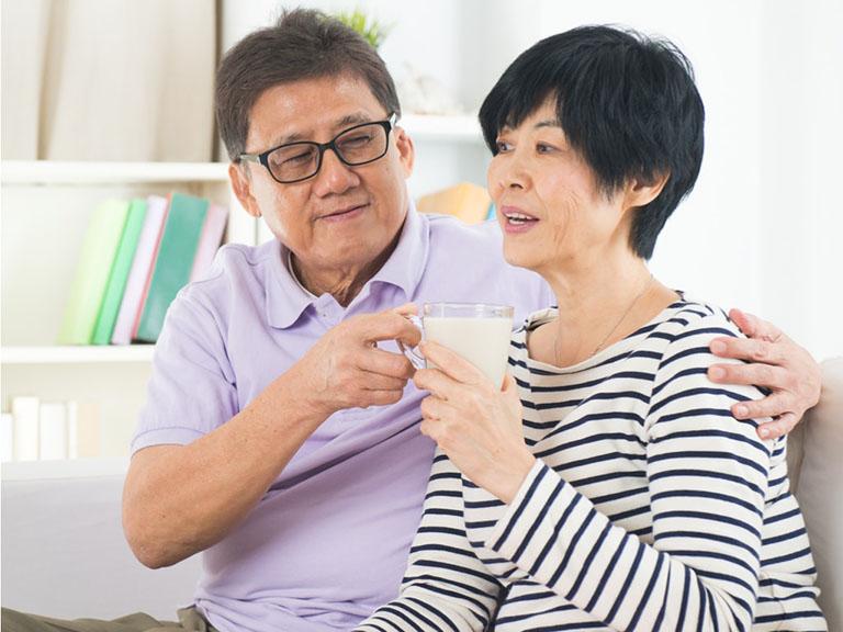 sữa bổ sung canxi cho người bệnh thoái hóa cột sống