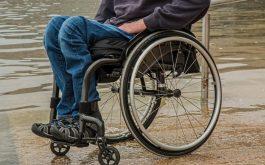 Thoái hóa cột sống thắt lưng hay đốt sống cổ đều có nguy cơ dẫn đến bại liệt hai chân vĩnh viễn.