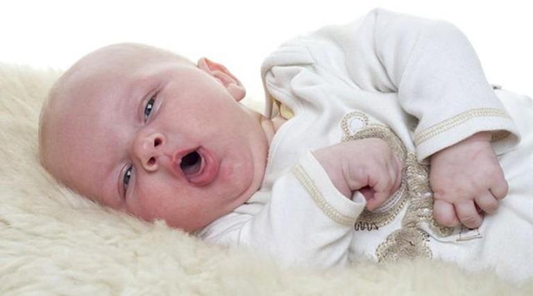 Những cơn ho gà ở trẻ nhỏ thường kéo dài khoảng 15 tiếng. Giữa chừng có những tiếng thở rít như gà.