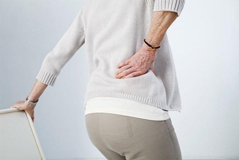 Biểu hiện ban đầu của xẹp đĩa đệm cột sống lưng và những cơn đau nhẹ và tự khỏi nên không nhiều người phát hiện được bệnh ngay từ đầu.