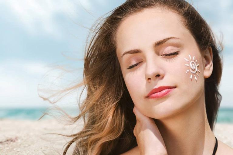 Bôi kem chống nắng để bảo vệ da khỏi tác hại của tia UV