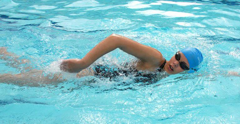 Bơi lội có tác dụng kéo giãn cột sống giúp cải thiện tình trạng đau lưng cơ năng