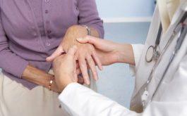 Để chẩn đoán một người có bị viêm khớp dạng thấp hay không, các bác sĩ không chỉ dựa vào các dấu hiệu lâm sàng mà còn phải dựa vào rất nhiều các xét nghiệm cận lâm sàng.