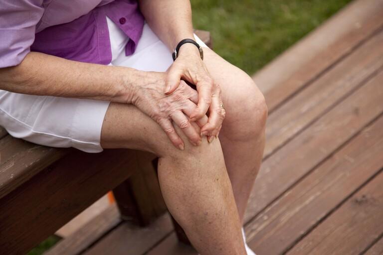 Các phương pháp điều trị đau khớp gối ở người già tại nhà luôn rất cần thiết. Bởi hầu hết các trường hợp bị tình trạng này đều có chỉ định điều trị theo phương pháp bảo tồn.