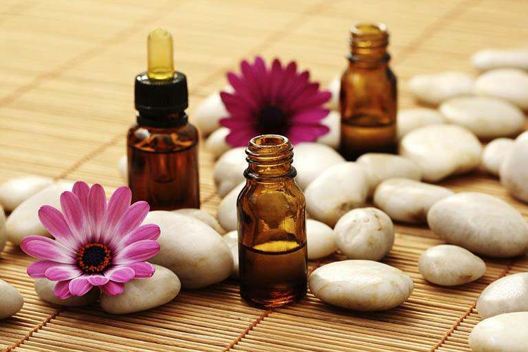 Cách điều trị đau vai gáy bằng khăn, tinh dầu oải hương thảo và kinh giới