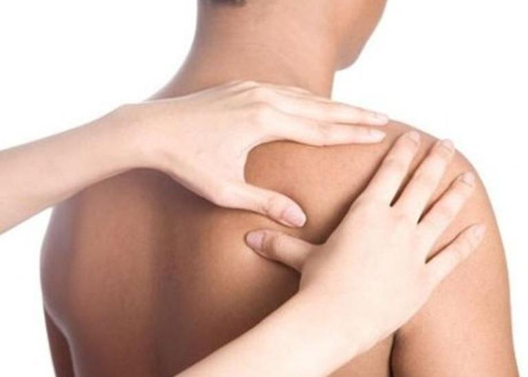 Bạn cần bắt đầu với tư thế xoa bóp đúng để nâng cao hiệu quả chữa đau vai gáy.