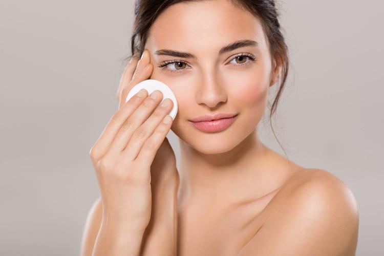 Cần tẩy trang sạch sẽ để loại bỏ mọi vi khuẩn trên da