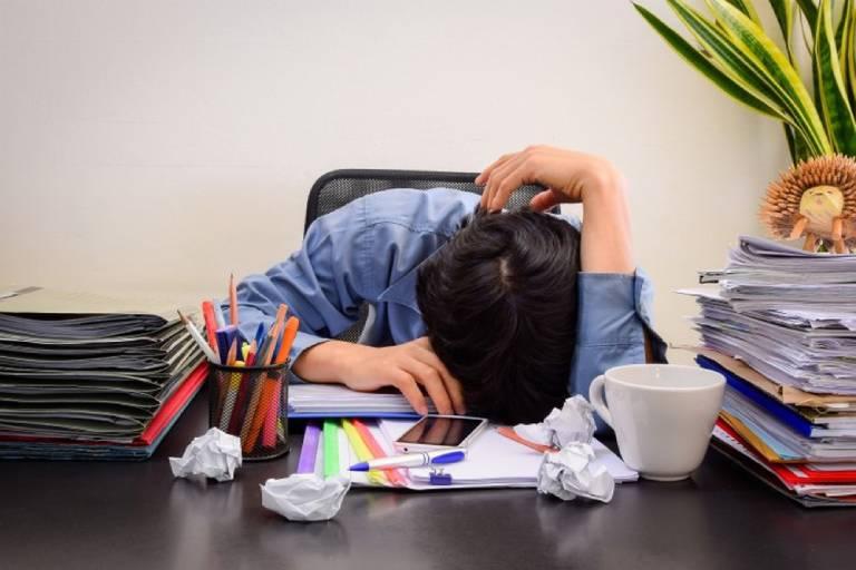 Hạn chế ngồi sai tư thế hoặc ngủ gục trên bàn để tránh làm tình trạng căng cơ vai gáy nghiêm trọng hơn