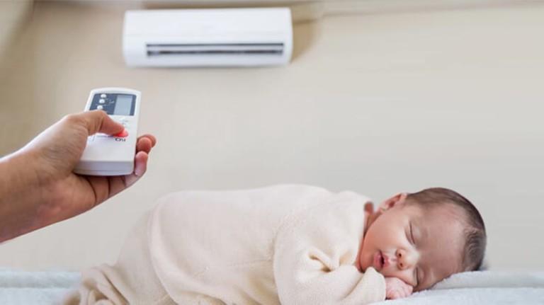 Lưu ý về nhiệt độ và chất lượng không khí nơi bé ngủ và sinh hoạt sẽ cải thiện đáng kể tình trạng ho khan.