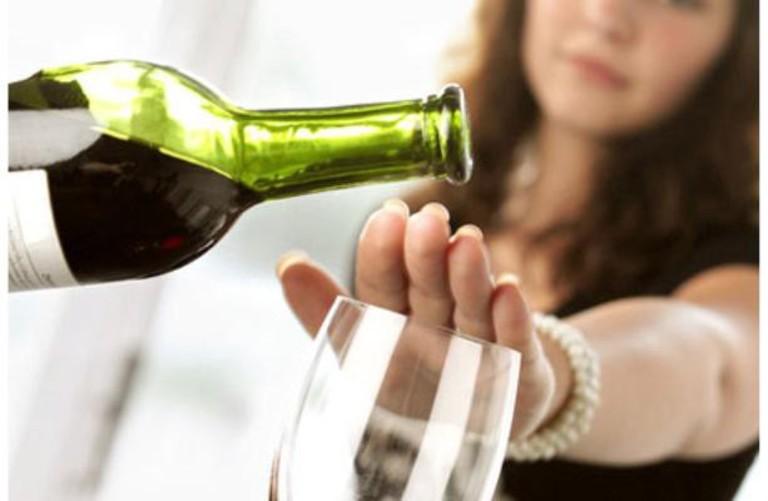 Các chất kích thích trong rượu, bia và thuốc lá sẽ ức chế khả năng hấp thụ canxi của xương. Do đó, nó khiến tình trạng đau nhức thêm trầm trọng.