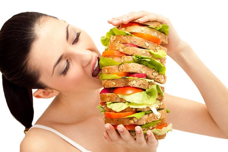 Chế độ ăn uống không đảm bảo cũng khiến người bệnh dễ mắc phải các bệnh lý về da liễu