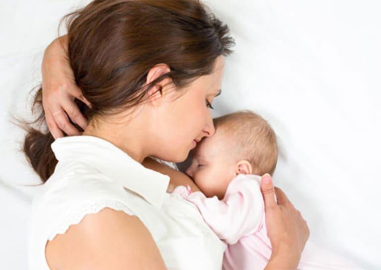 Cho con bú đúng tư thế là một trong những cách cải thiện tình trạng đau cột sống đơn giản nhưng hiệu quả.
