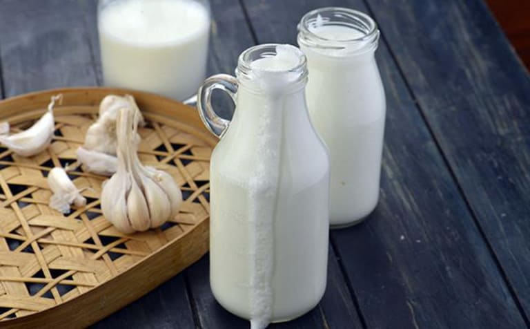 Nếu bạn chịu được mùi tỏi sống khi uống cùng sữa thì đây là một trong những cách trị đau thần kinh tọa hiệu quả tại nhà.