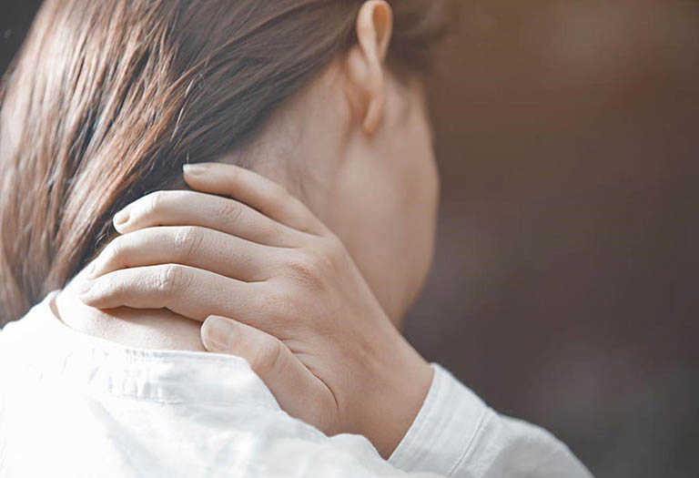 Dùng diện chẩn điều tri bệnh đau vai gáy có triệu chứng đau nhức cổ vai gáy