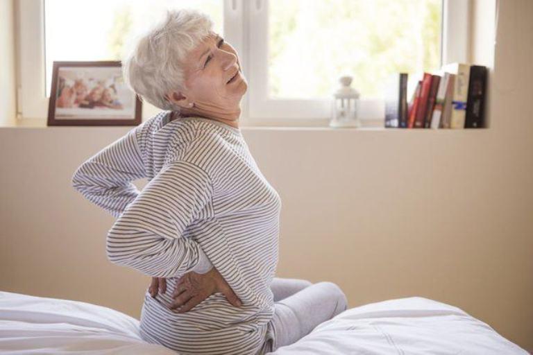Tuổi tác cũng là một trong những nguyên nhân gây ra tình trạng đau cột sống lưng khi ngủ dậy