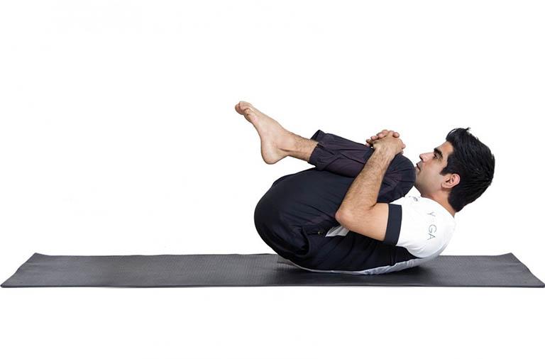 Điều trị đau lưng trên bằng bài tập co chân