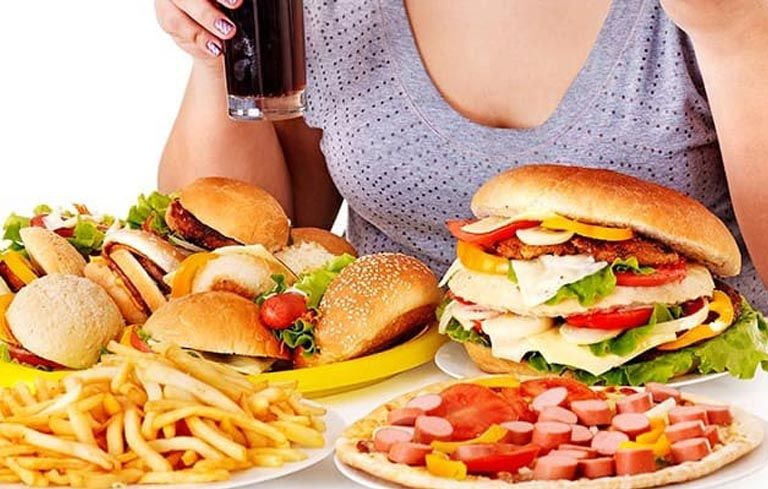 Ăn nhiều thực phẩm cay nóng, chiên rán nhiều dầu mỡ là một trong những nguyên nhân đau dạ dày