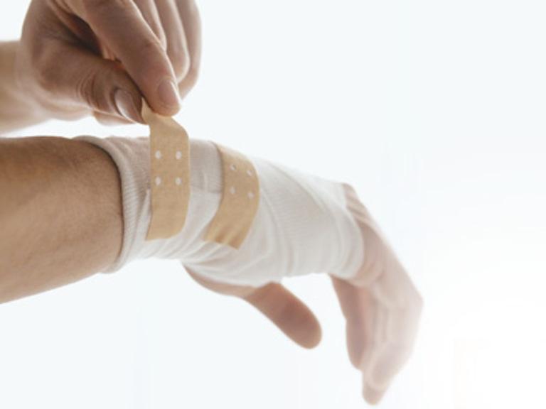 Chấn thương khi tập luyện hoặc lao động là nguyên nhân cơ học phổ biến gây đau nhức các khớp ngón tay.