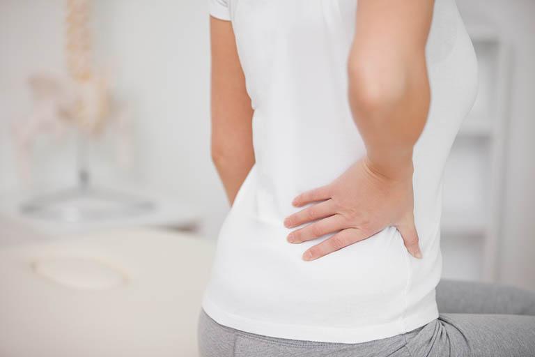 Cơn đau xuất hiện tại khu vực eo lưng nên phải