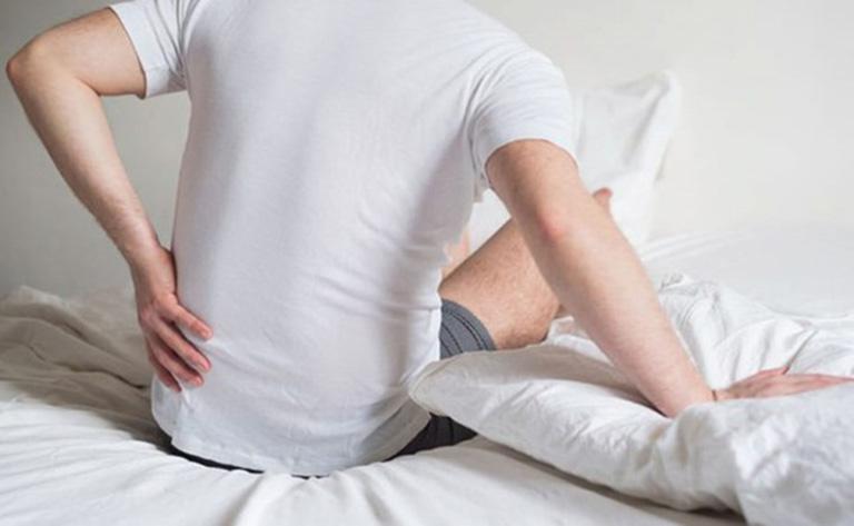 Đau lưng sau khi ngủ dậy có thể là triệu chứng của nhiều bệnh lý về xương khớp