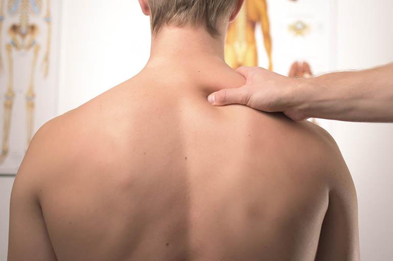 Hội chứng đau cơ gây đau nhói sau lưng trên bên phải và bên trái