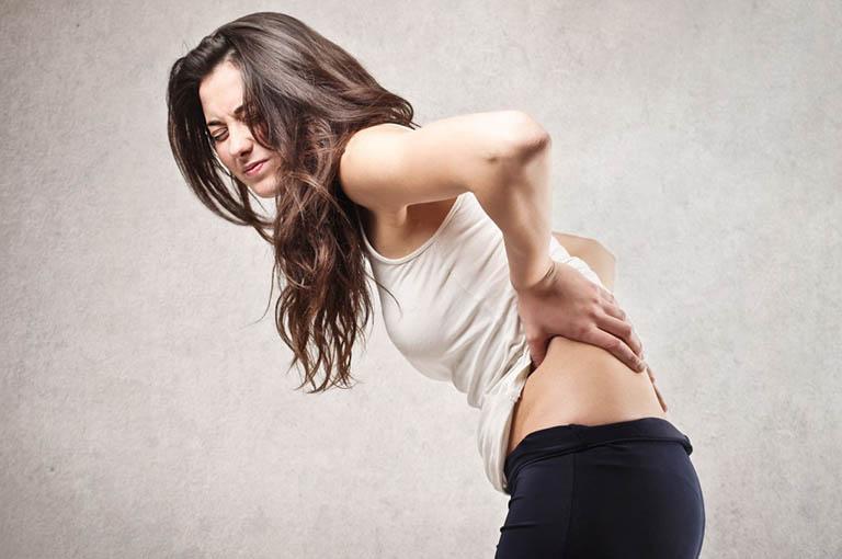 Chấn thương cơ xương gây đau nhói sau lưng trên bên phải và bên trái
