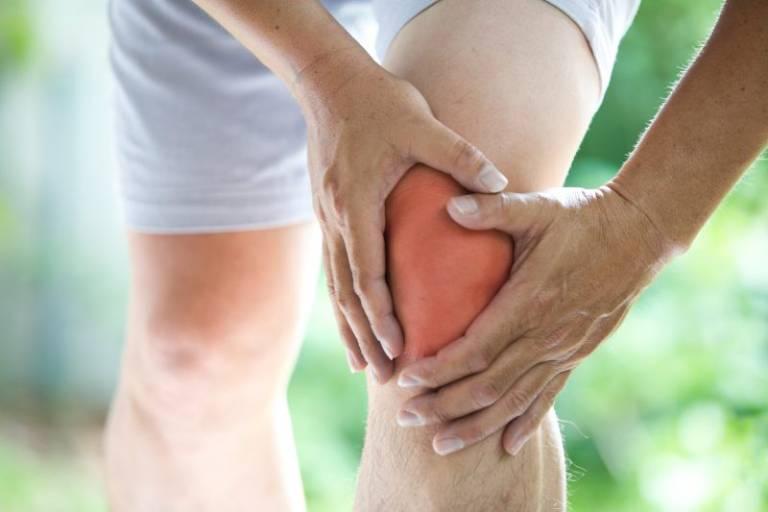 Tình trạng này có thể liên quan đến nhiều bệnh lý xương khớp
