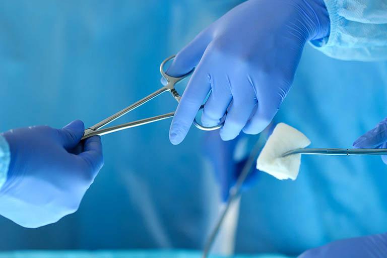 Sử dụng phương pháp phẫu thuật điều trị đau nhức xương khớp ở người già