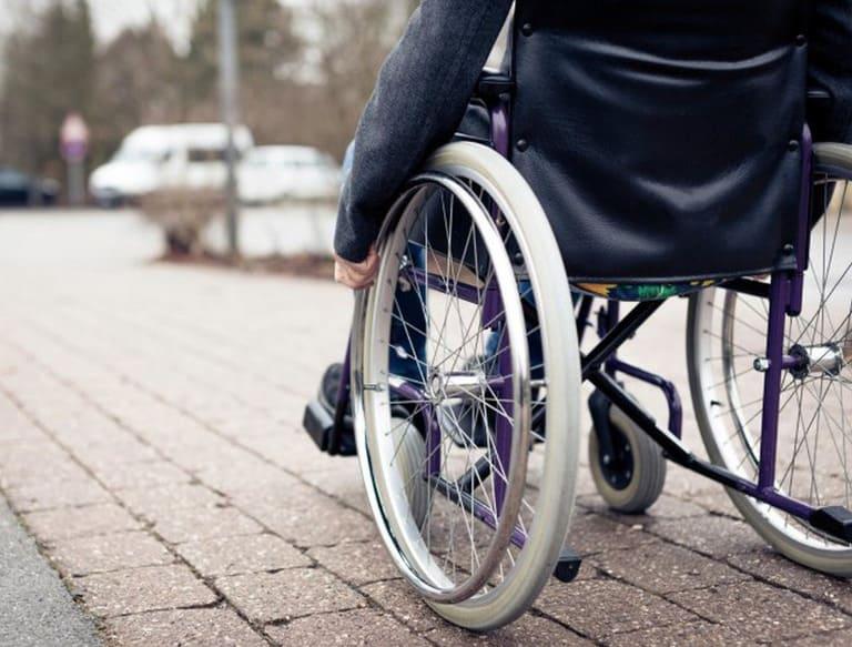 Bại liệt là biến chứng nặng nhất khi tình trạng đau nhức ở mông và chân có nguyên nhân từ bệnh lý.