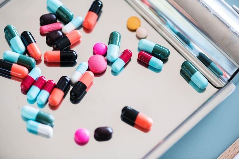 Thuốc tân dược có ưu điểm là giải quyết cơn đau nhanh chóng nhưng dễ gây tác dụng phụ. Do đó, việc sử dụng cần có chỉ định của bác sĩ.