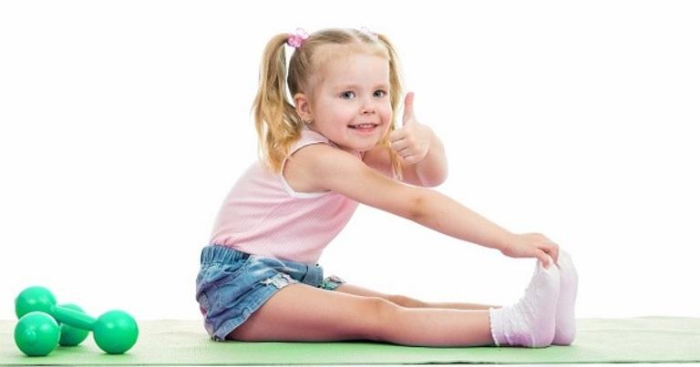 Trường hợp trẻ bị đau xương khớp do sinh lý, bạn hãy khuyến khích trẻ luyện tập vừa sức.