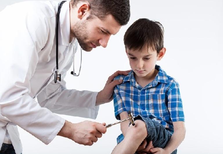 Hãy đưa trẻ điều trị ngay khi tình trạng đau nhức xương khớp có dấu hiệu của bệnh lý.