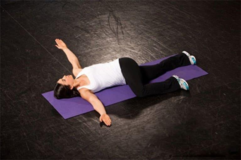 Bạn có thể dùng động tác vặn mình trước khi bắt đầu các bài tập chữa thoái hóa đốt sống cổ và lưng.