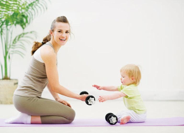 Mẹ bỉm sau sinh mổ cần vận động vừa sức và kiểm soát cân nặng để cải thiện chứng đau cột sống.