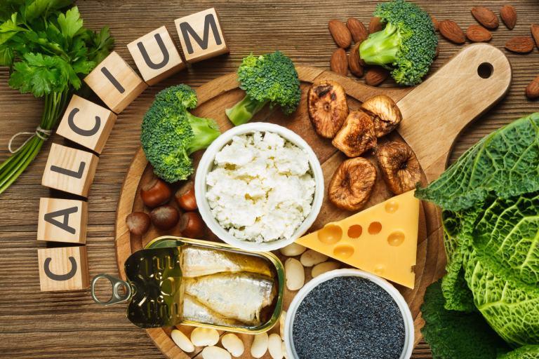 Người hay bị đau cột sống lưng khi ngủ dậy nên tăng cường bổ sung các thực phẩm giàu canxi