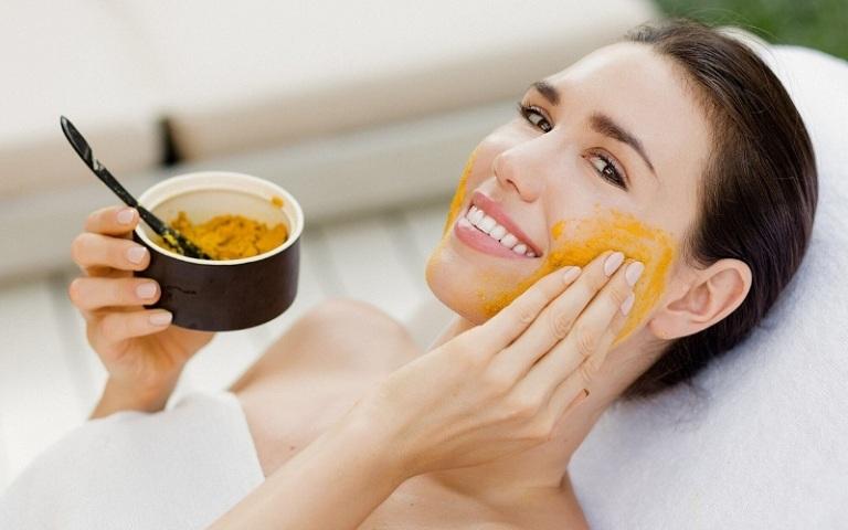 Sử dụng nghệ đắp mặt nạ giúp giảm mụn viêm, da sáng mịn