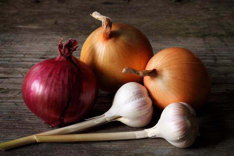 Thực phẩm chứa tỏi, hành tây và lá tía tô