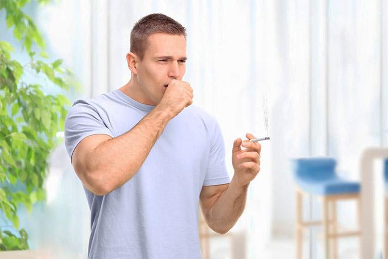 """Hút thuốc lá quá nhiều cũng chính là """"thủ phạm không đeo mặt nạ"""" gây nên tình trạng ho khan ra máu"""