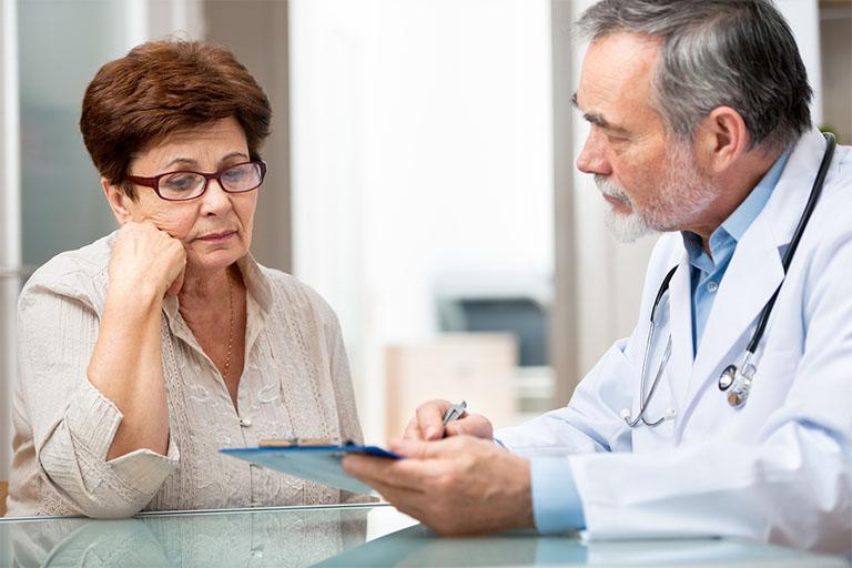 Gặp bác sĩ để được tiến hành xét nghiệm, chẩn đoán để tìm rõ nguyên nhân gây bệnh và gợi ý những biện pháp điều trị phù hợp