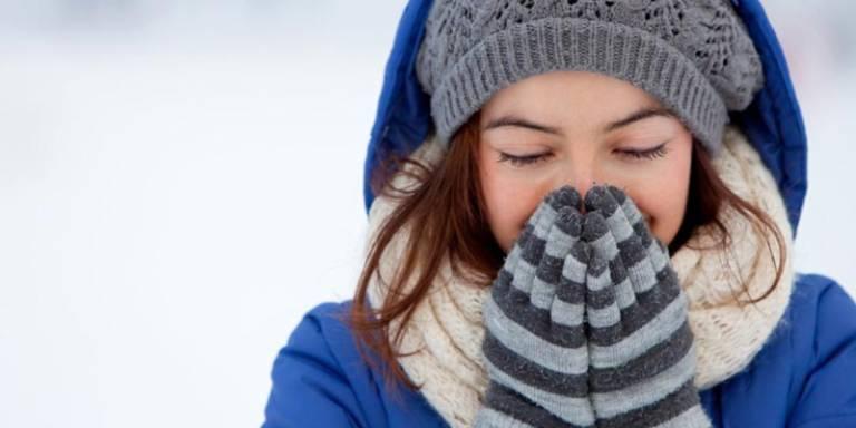 Khi thời tiết trở lạnh nên uống nhiều nước, giữ ấm cơ thể đặc biệt là vùng cổ để ngăn ngừa ho khan về đêm